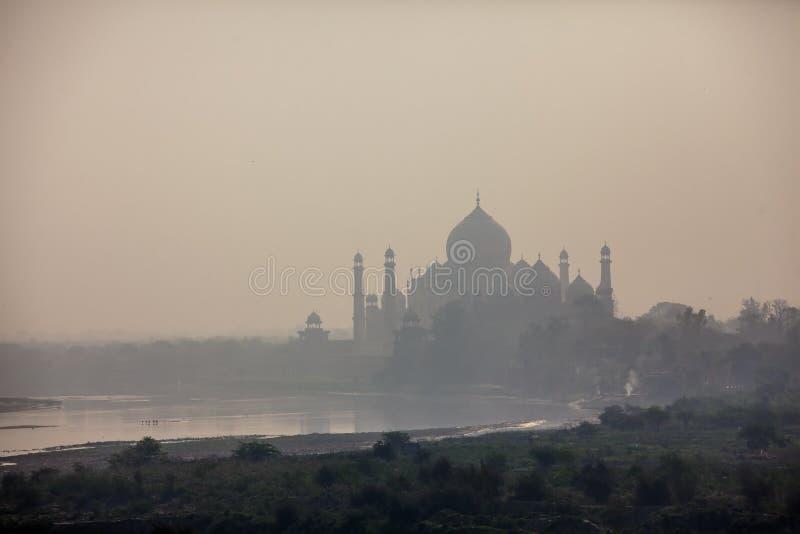 Vista a Taj Mahal através do rio de Yamuna, Agra, Índia fotos de stock royalty free