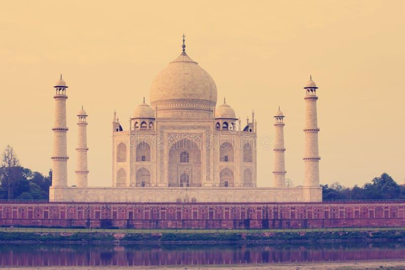Vista a Taj Mahal através do rio de Yamuna, Agra, Índia fotografia de stock royalty free