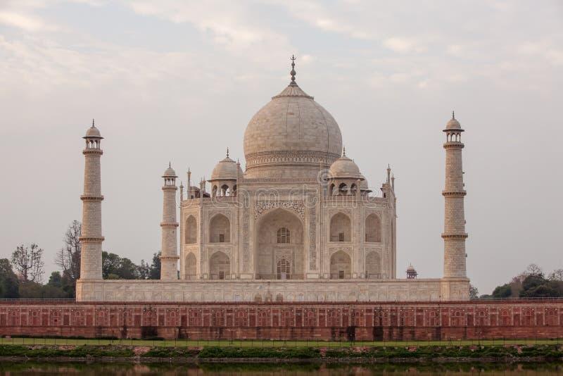 Vista a Taj Mahal através do rio de Yamuna, Agra, Índia imagens de stock royalty free