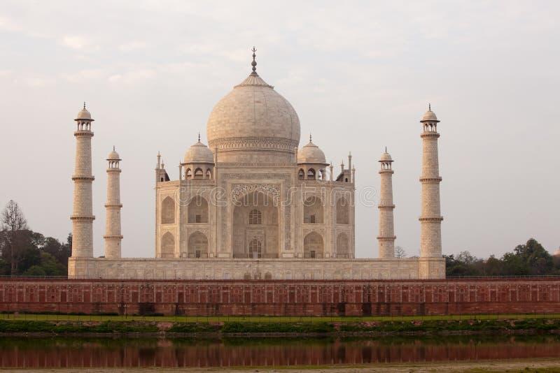 Vista a Taj Mahal através do rio de Yamuna, Agra, Índia foto de stock royalty free