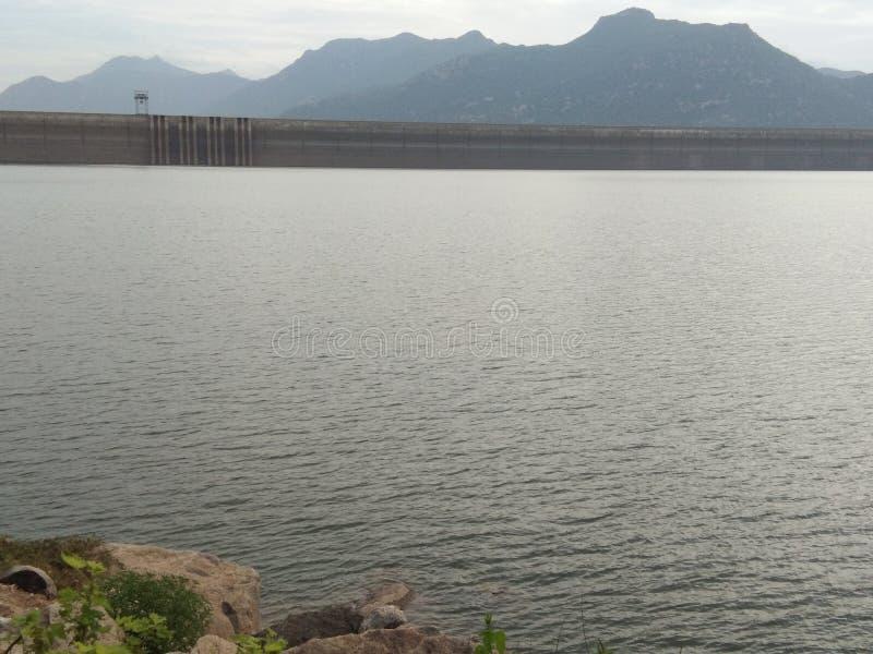 Vista tamil di mattina della diga di Natpu Mettur L'India immagine stock