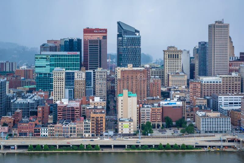 Vista tempestuosa del horizonte de Pittsburgh y del r?o de Monongahela, del soporte Washington, en Pittsburgh, Pennsylvania foto de archivo