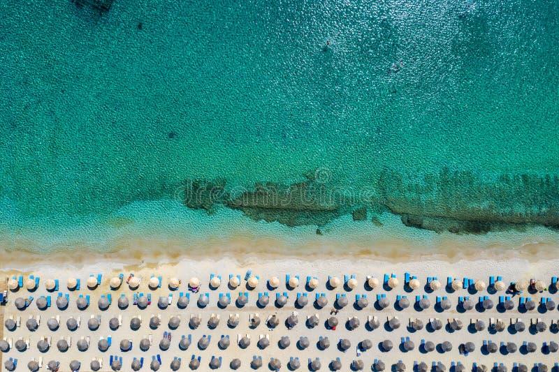 Vista topdown aérea à praia de Kalafatis, Mykonos, Cyclades, Grécia imagem de stock