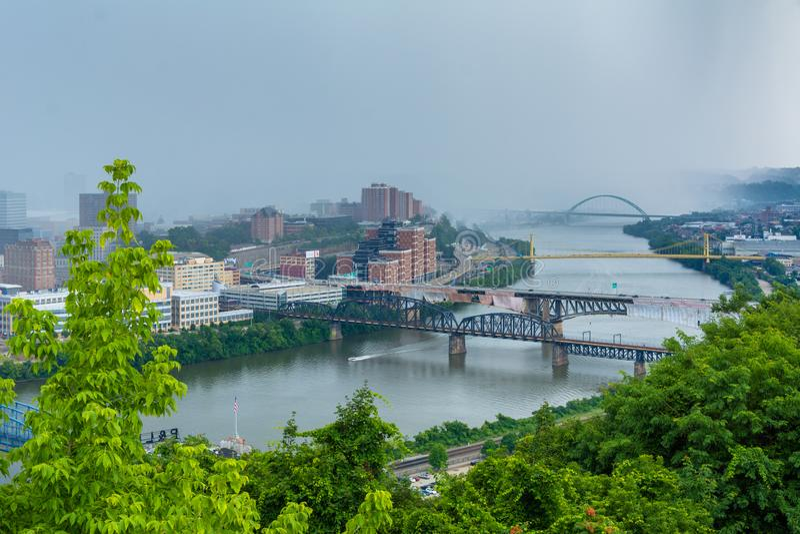 Vista tormentoso da skyline de Pittsburgh e do rio de Monongahela, da montagem Washington, em Pittsburgh, Pensilv?nia imagens de stock royalty free