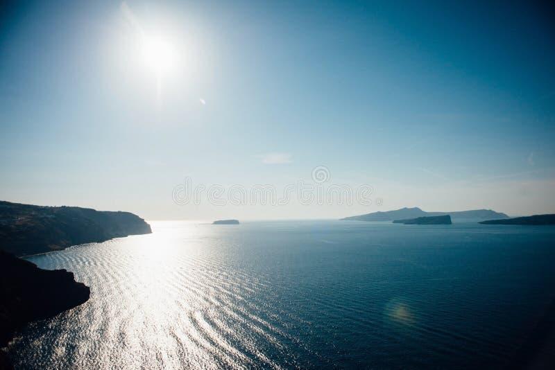 Vista tradizionale dell'isola di Santorini con il mare blu, cielo, tramonto fotografia stock