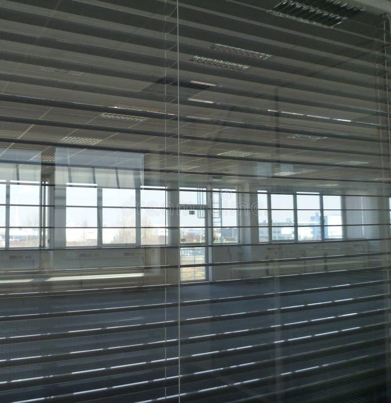 Vista tramite i paraocchi dell'ufficio in una costruzione vuota fotografie stock libere da diritti
