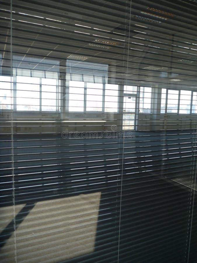 Vista tramite i paraocchi dell'ufficio in una costruzione vuota fotografia stock libera da diritti