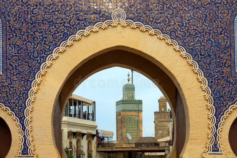 Vista tramite il portone di Bab Bou Jeloud immagini stock libere da diritti