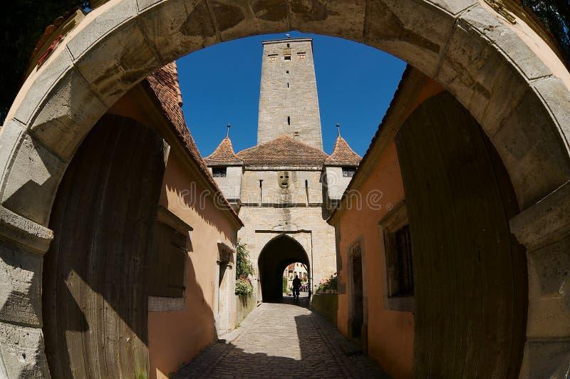 Vista tramite il portone occidentale del castello nella città medievale del der Tauber, Germania del ob di Rothengurg fotografie stock