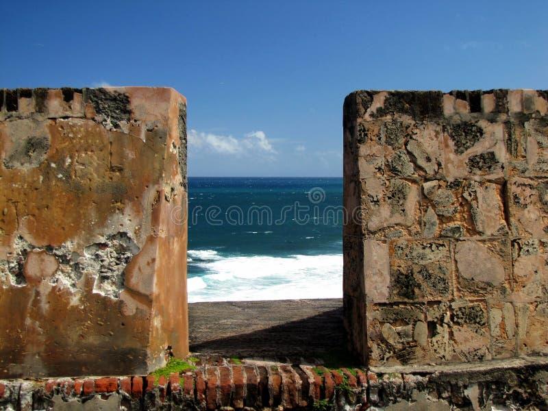Vista tramite le pareti di pietra di San Cristobal fotografia stock