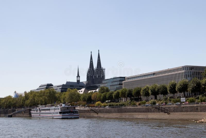 Vista traseira da catedral na água de Colônia olhada da vista de rhine durante a viagem sightseeing do barco imagem de stock