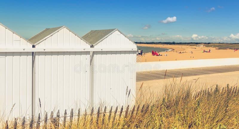 Vista traseira das cabines da praia onde os bastões estão mudando fotos de stock