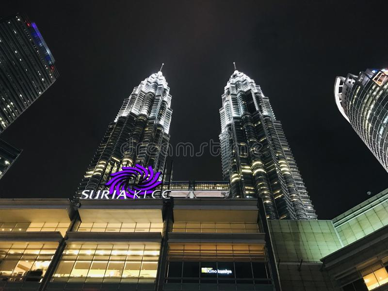 Vista traseira das torres gêmeas mundialmente famosas em Malásia imagens de stock
