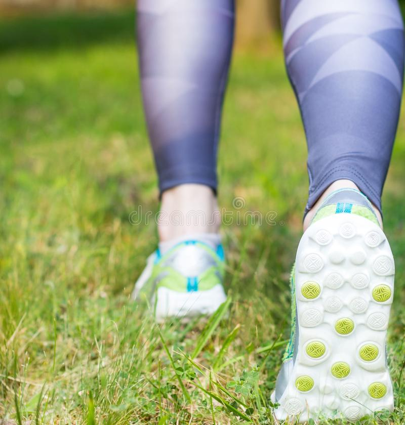 Vista traseira de sapatas running do esporte da mulher ativa imagem de stock royalty free