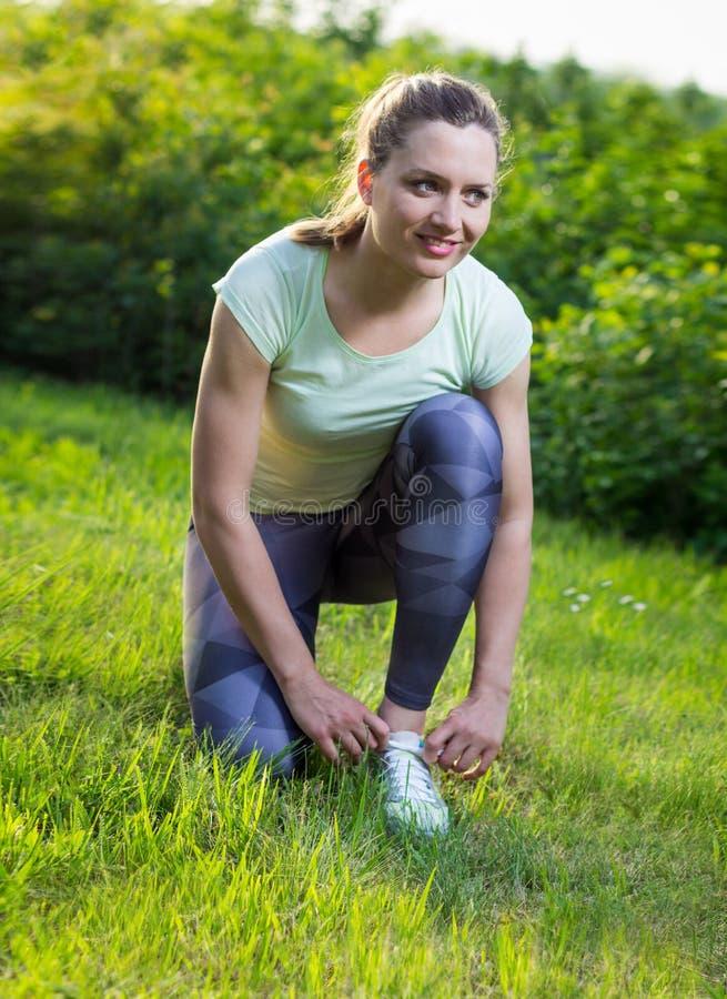 Vista traseira de sapatas running do esporte da mulher ativa foto de stock