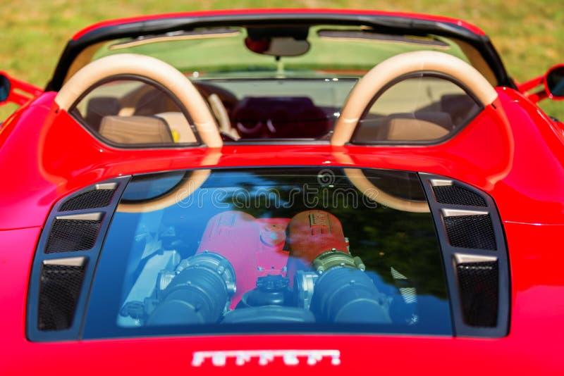 Vista traseira de um carro de esportes de Ferrari com motor visível foto de stock royalty free
