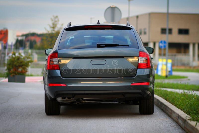 Vista traseira, traseira de um carro de família novo, veículo fotografia de stock