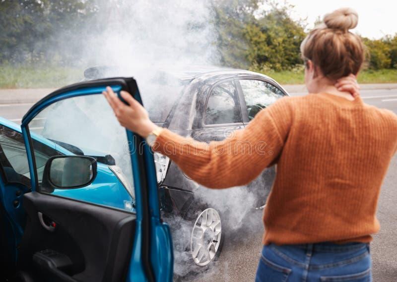 Vista Traseira De Uma Motorista Feminina Com Lesões Na Cabeça Saindo Do Carro Após O Acidente fotografia de stock