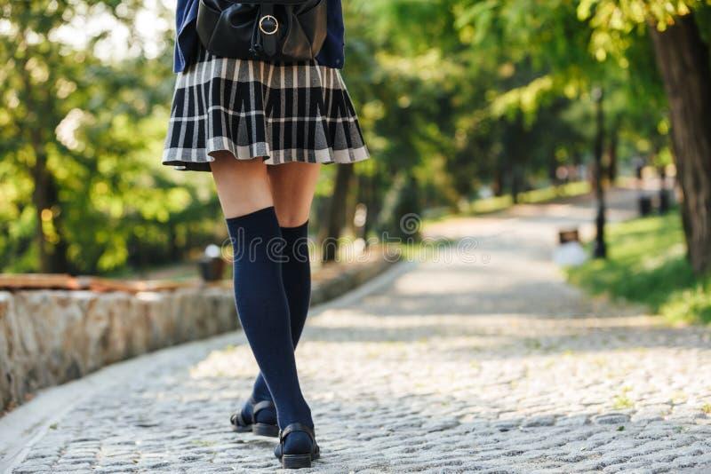 Vista traseira de uma trouxa levando da menina nova da escola fotos de stock royalty free
