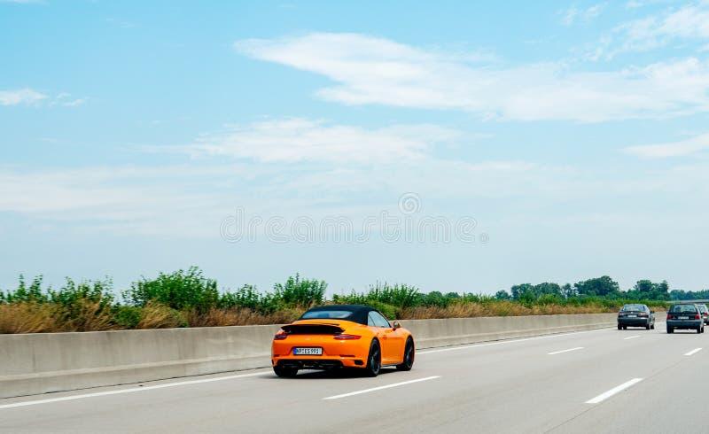 Vista traseira do carro de esportes alaranjado novo rápido de Porsche 911 foto de stock royalty free