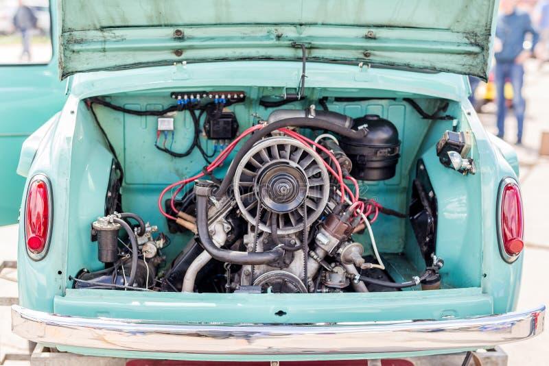 Vista traseira do carro retro do vintage com tronco aberto Veículo velho com motor traseiro imagens de stock royalty free