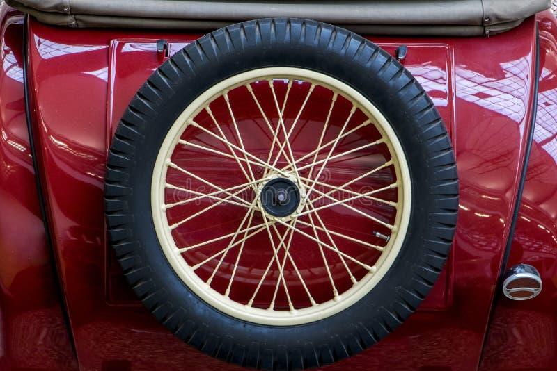 A vista traseira do carro do vintage com roda de reposição foto de stock