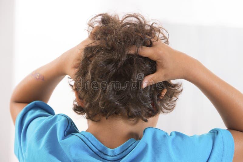 Vista traseira do escalpe sarnento do rapaz pequeno dos piolhos principais fotografia de stock royalty free