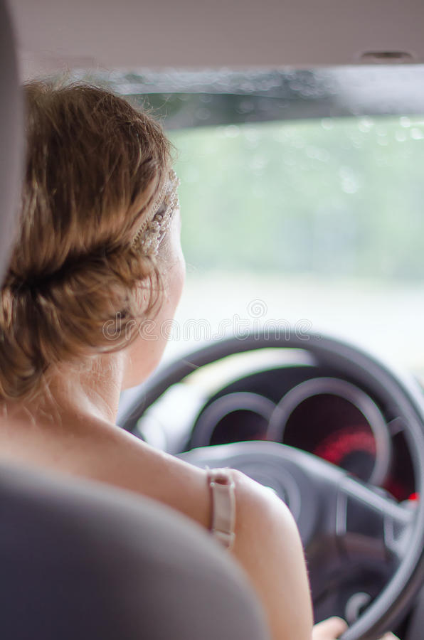 Vista traseira do motorista fêmea fotos de stock