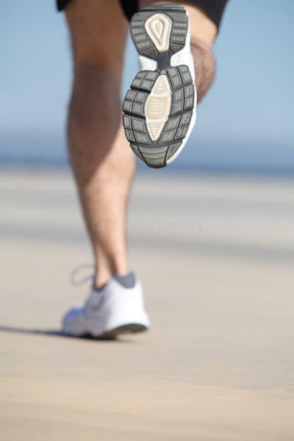 Vista traseira do pés unfocused de um corredor do homem imagem de stock royalty free