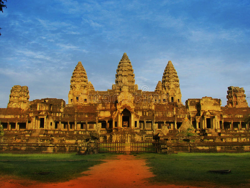 Vista traseira incomun do templo de Angkor Wat, Cambodia foto de stock royalty free