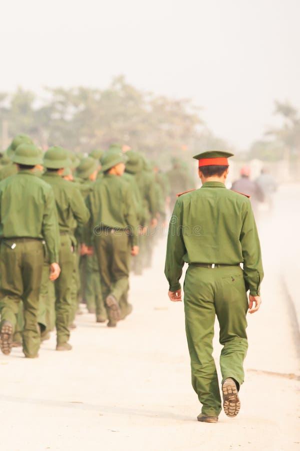 Vista traseira, um grupo de soldado vietnamiano novo que anda na rua durante o programa da visita ao local de academias militares foto de stock royalty free