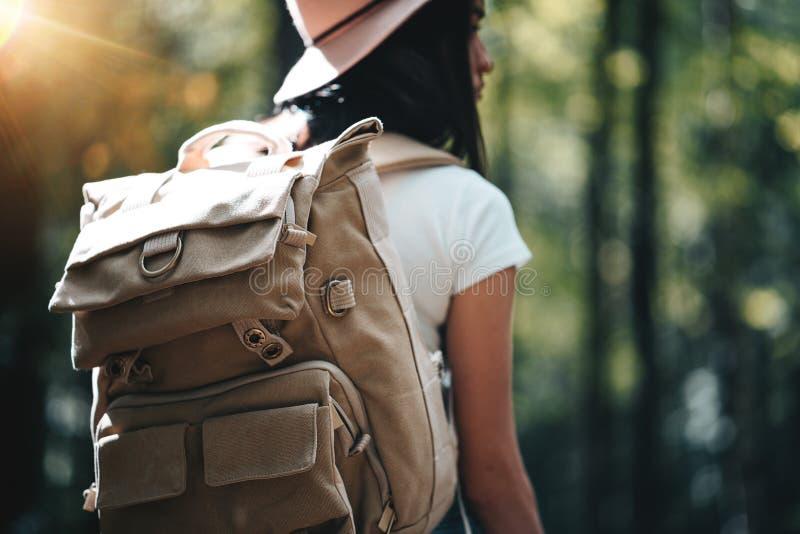 Vista trasera de la mochila del viajero del primer y del sombrero que lleva de la muchacha del inconformista Los jóvenes hacen fr fotografía de archivo libre de regalías