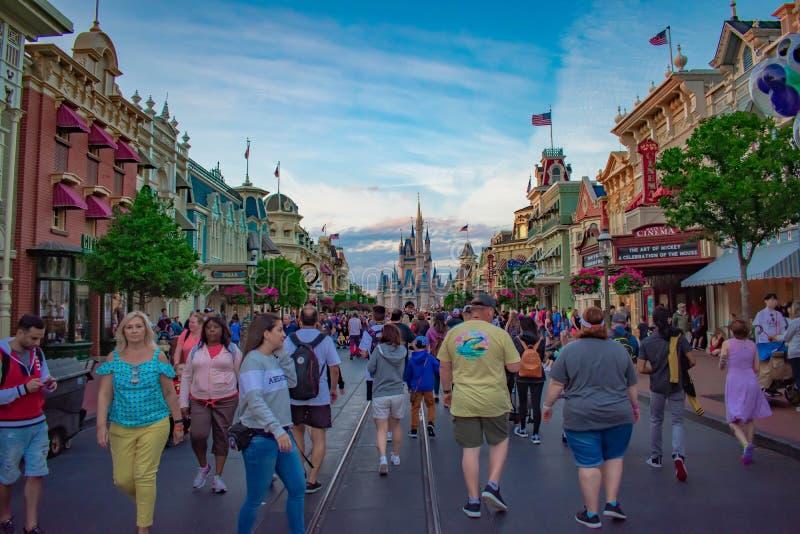 Vista trasera de las estatuas de los socios Walt Disney y de Mickey Mouse y de las flores coloridas en el reino mágico 2 imagenes de archivo