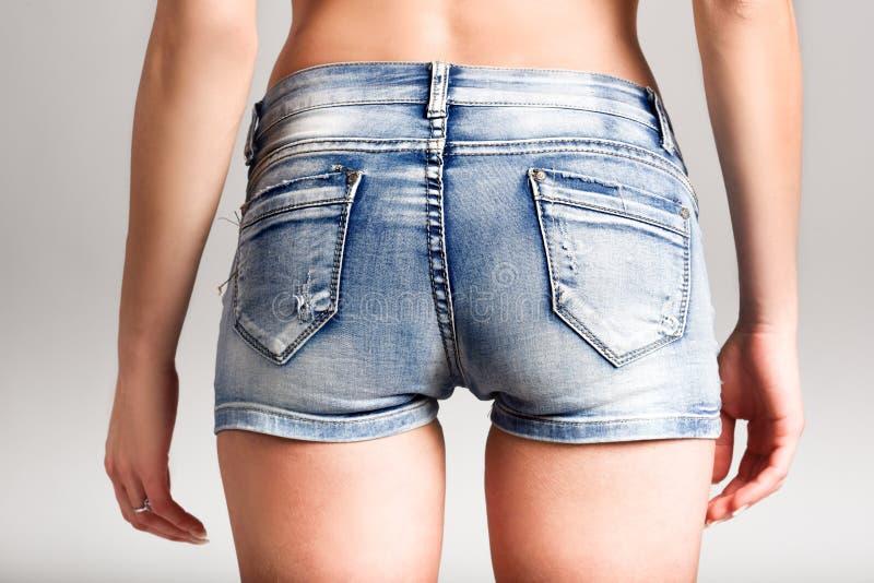 Vista trasera de los pantalones cortos del dril de algodón de la mujer que llevan imagen de archivo libre de regalías