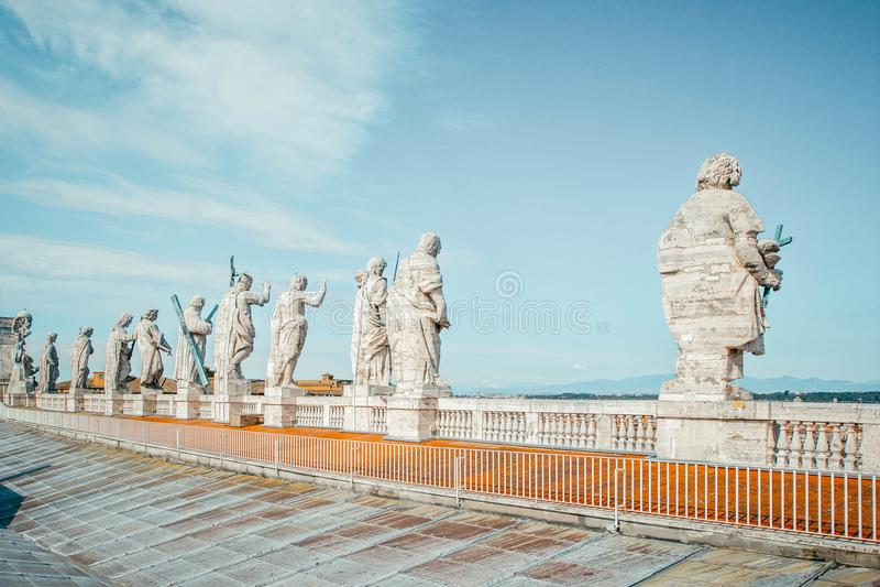 Vista trasera de once estatuas de los apóstoles de los santos en el top del tejado del St Peter Basilica, Ciudad del Vaticano, Ro fotos de archivo libres de regalías