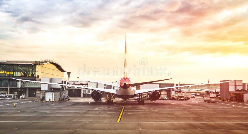 Vista trasera del aeroplano moderno en la puerta terminal lista para el despegue imagenes de archivo