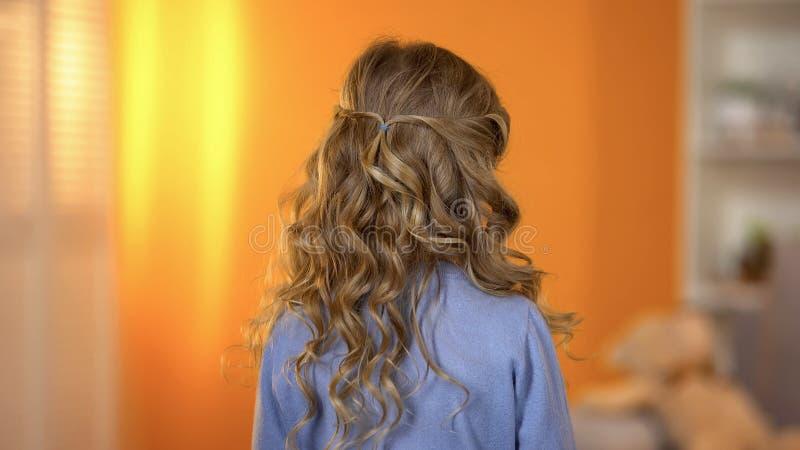 Vista trasera del pelo rizado de las muchachas, peinado profesional para los niños, peluqueros fotografía de archivo
