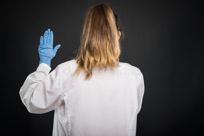 Vista trasera del traje que lleva del doctor que toma juramento hipocrático imagen de archivo