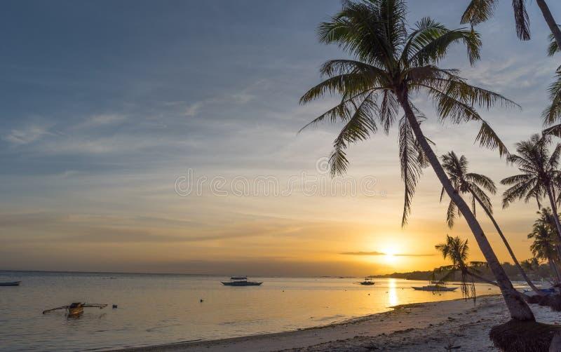 Vista tropicale del fondo della spiaggia dalla spiaggia di Dumaluan a Panglao immagini stock