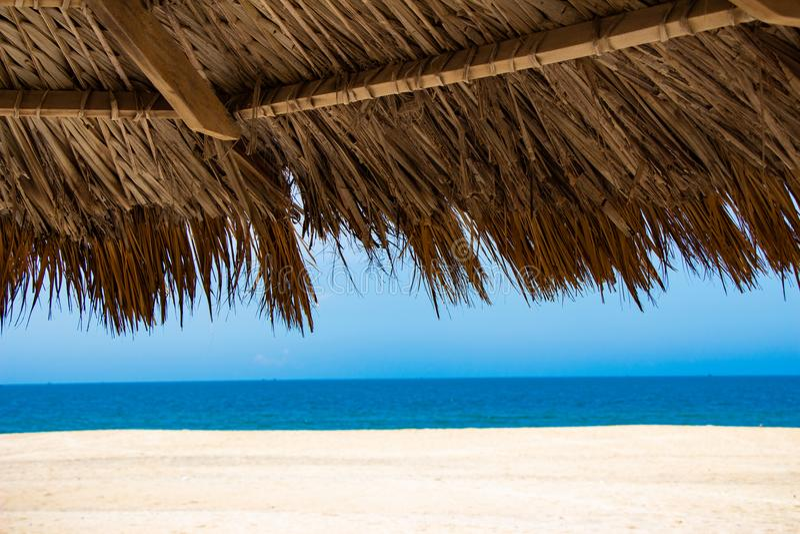 Vista tropicale di una spiaggia con gli ombrelli fotografie stock libere da diritti