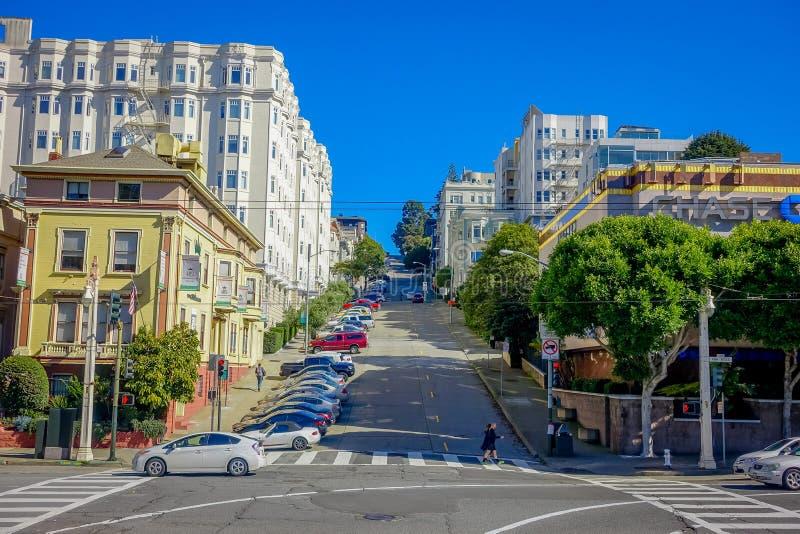 Vista turística hermosa de la colina icónica de la calle del lombardo en San Francisco céntrico fotos de archivo