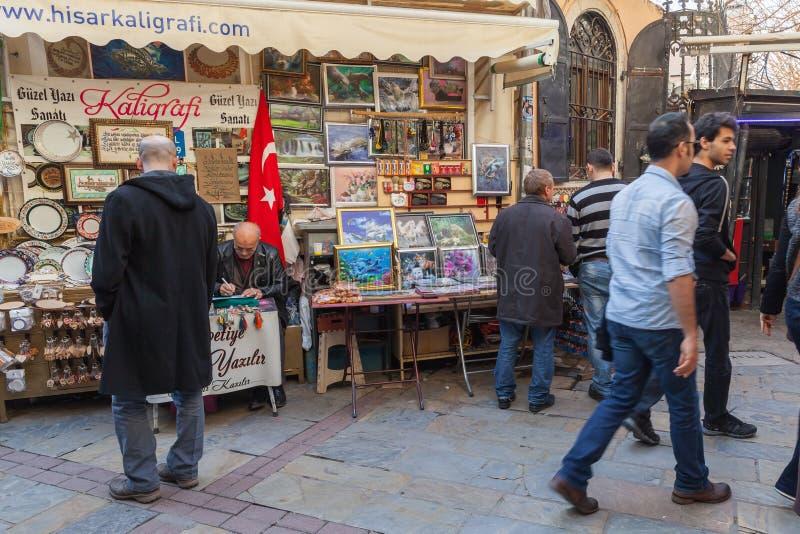 Vista turca del bazar con i venditori ed i compratori di camminata immagine stock