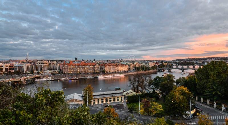 Vista uguagliante splendida sul centro urbano di Praga, sul fiume della Moldava e sulla cascata dei ponti, repubblica Ceca Autunn immagini stock