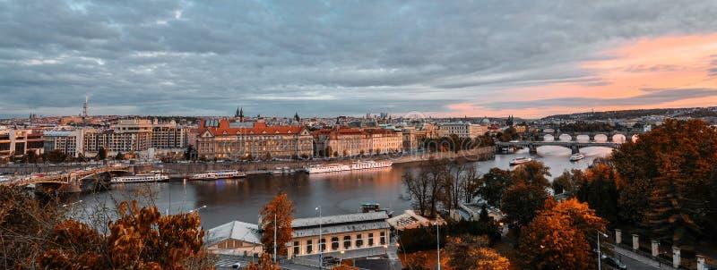 Vista uguagliante splendida sul centro urbano di Praga, sul fiume della Moldava e sulla cascata dei ponti, repubblica Ceca Autunn fotografia stock