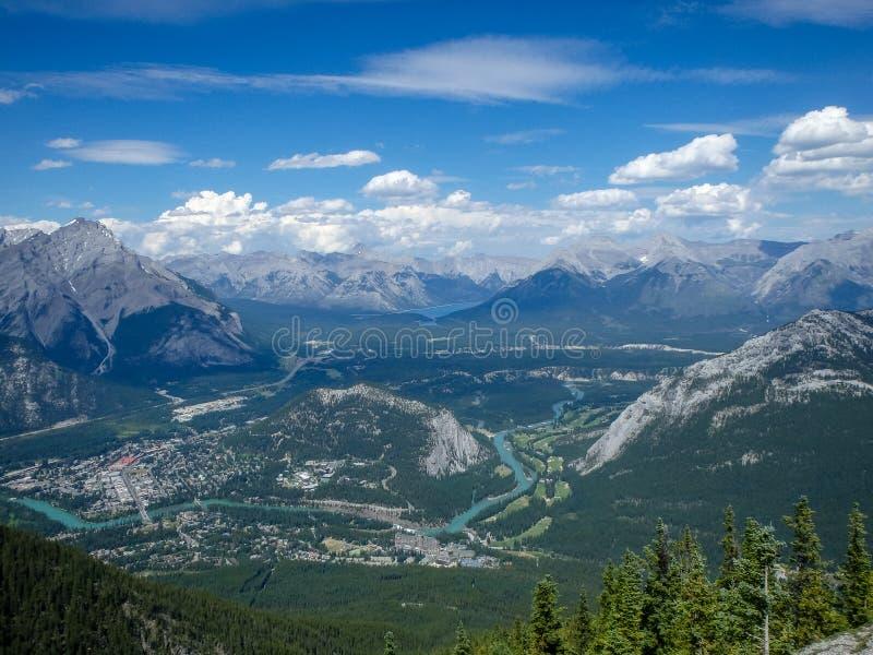 Vista a um vale nas montanhas fotos de stock