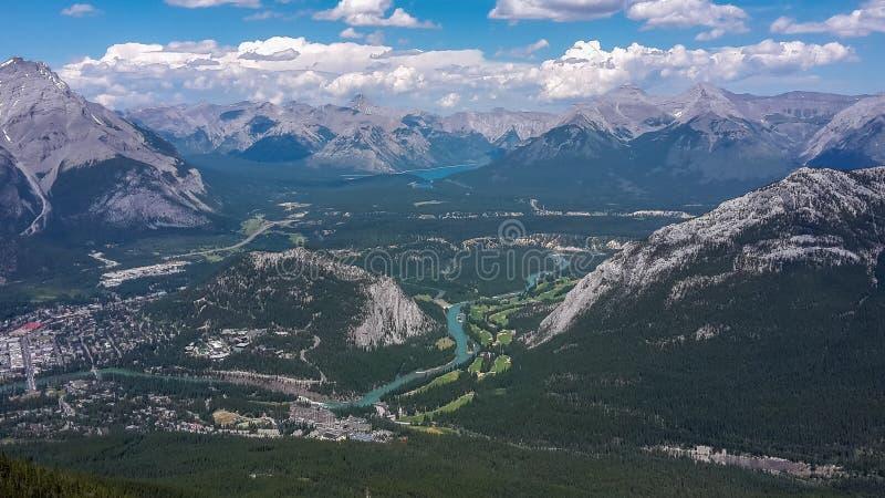 Vista a um vale nas montanhas fotos de stock royalty free