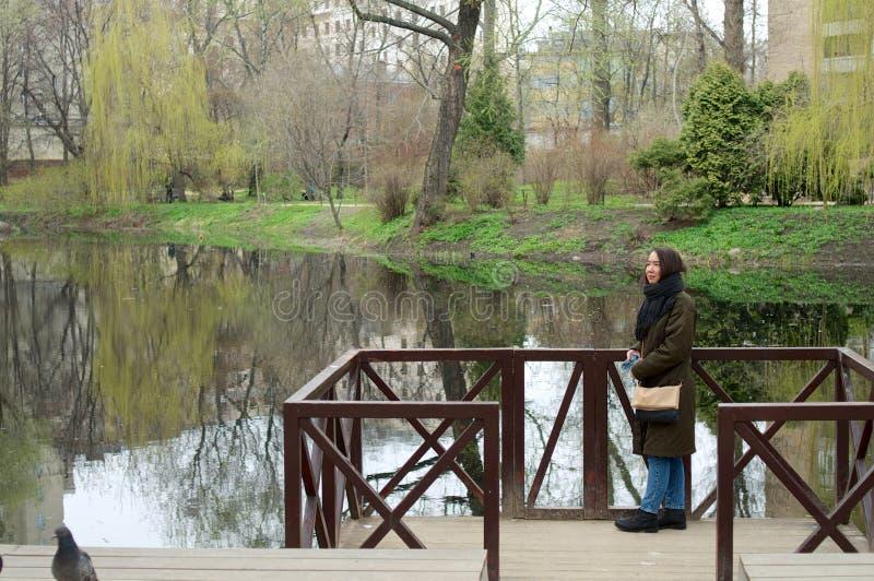 Vista a uma lagoa com posição da menina foto de stock