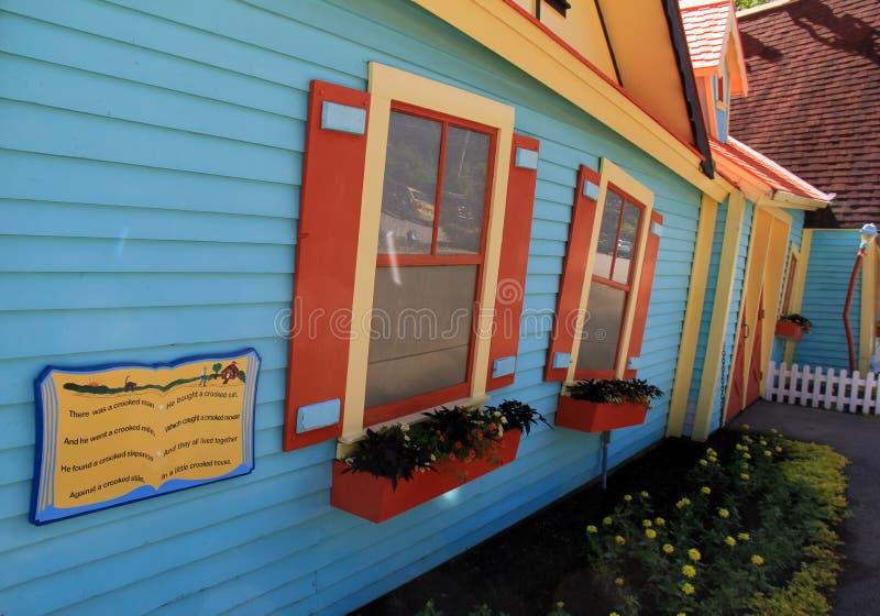 Vista umoristica della casa inclinata in parco di divertimenti, villaggio del ` s di Santa, New Hampshire, 2016 immagine stock