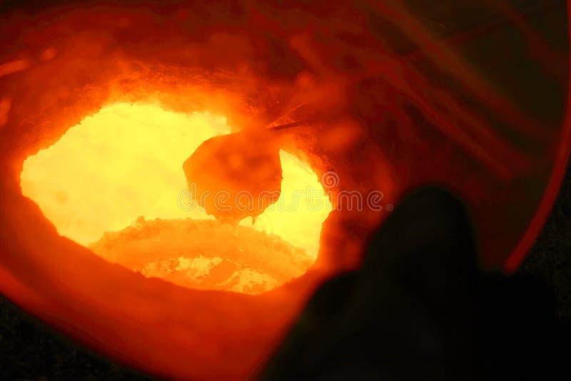 Vista in un crogiolo di metallo fuso.   fotografia stock