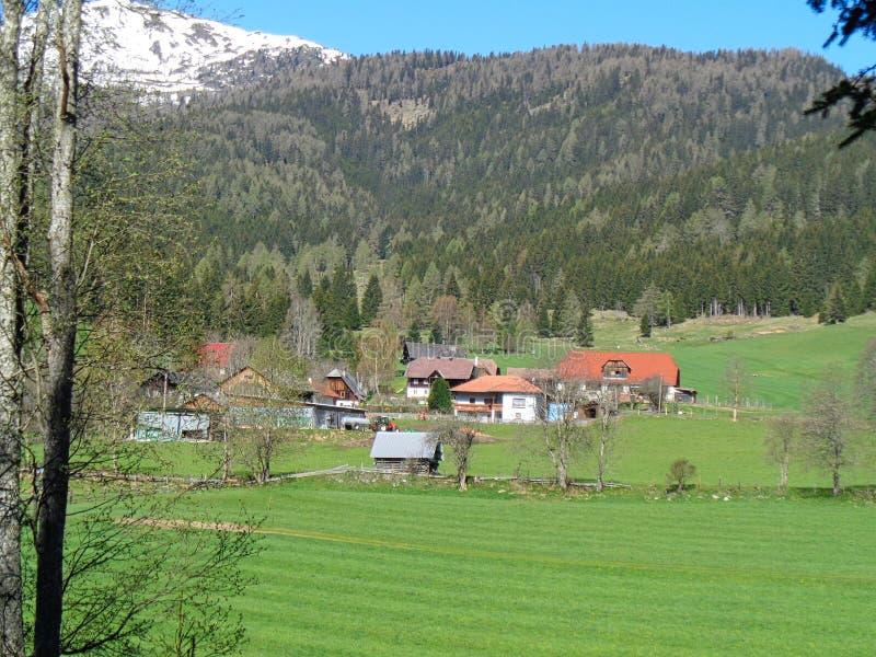 vista a un pasto de la montaña en las montañas con las casas imagen de archivo libre de regalías